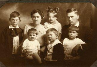 Wayne, Grandma holding Loretta ,Ella behind Jeff, Grandpa holding Helen, before Elna was born
