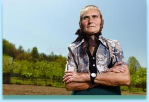 1-old-farmer-woman-closeup-portrait-senior-outdoor-36663015