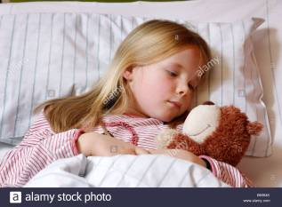 young-girl-7-years-old-in-a-hospital-bed-b6384k